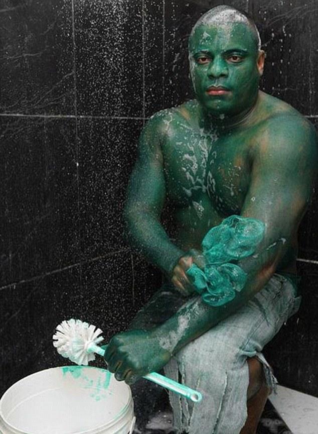 Photo of Brasileiro pinta-se de Hulk mas não consegue tirar a tinta