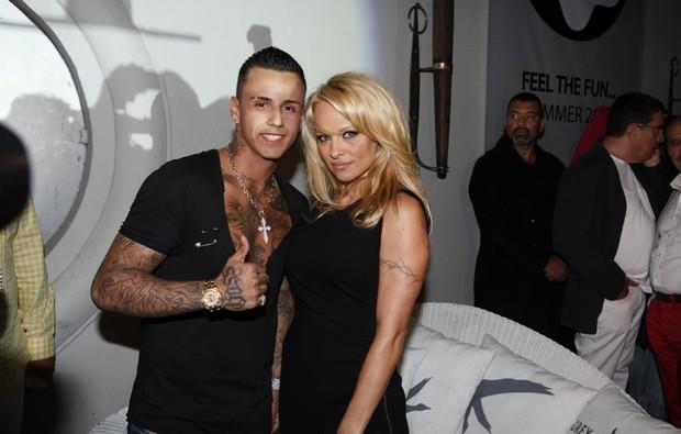 Photo of Pamela Anderson despe-se para anúncio da PETA
