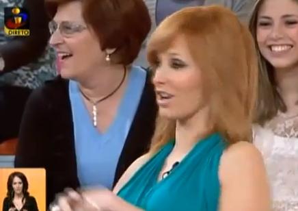 cristina ferreira   a mama quase de fora do vestido em directo