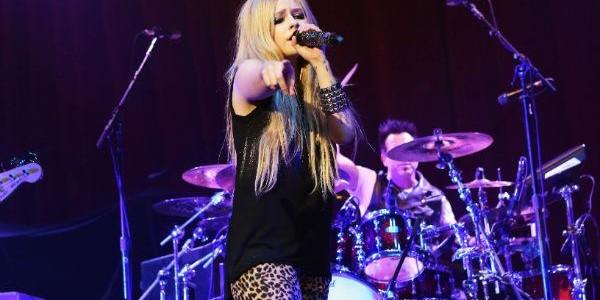 Photo of Avril Lavigne assusta-se e foge de espetáculo na China (Vídeo)