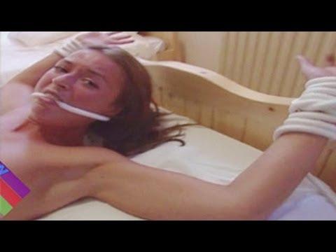Photo of Partida com mulher nua amarrada a uma cama