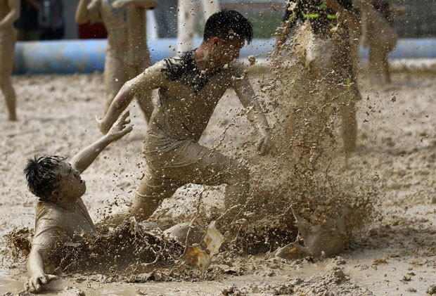 Photo of China: Campeonato de futebol na lama