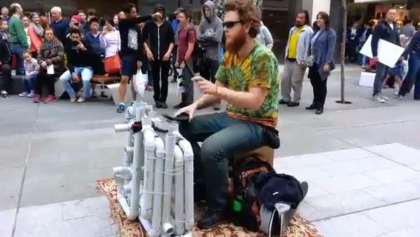 Photo of Artista de rua toca musica com tubos pvc