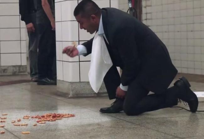 Photo of Homem confia num aspirador e come comida do chão