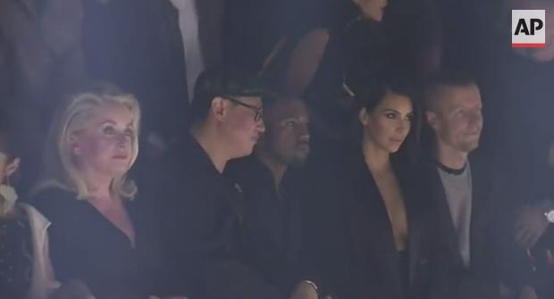 Photo of Kanye West e Kim Kardashian são vaiados na semana de moda em Paris