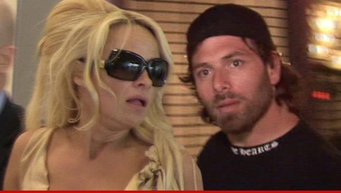 Photo of Pamela Anderson ganha medida cautelar contra marido