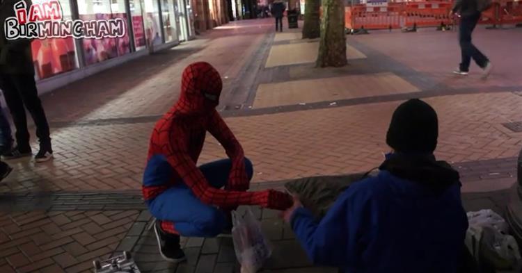 """Photo of """"Homem-Aranha"""" distribui comida aos sem abrigos"""