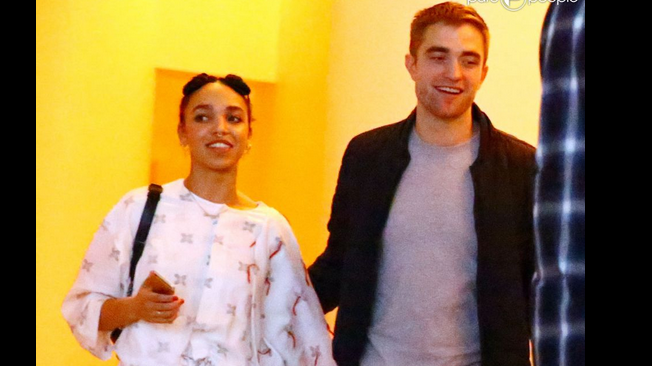 Photo of Robert Pattinson assume noivado com a namorada