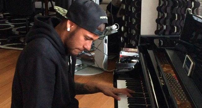 Photo of Neymar toca All of Me ao piano