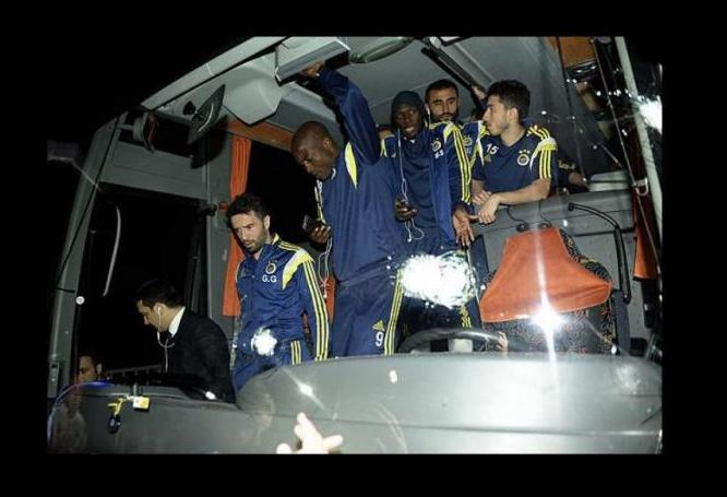 Photo of Autocarro do Bruno Alves e Raul Meireles atacado a tiro na Turquia