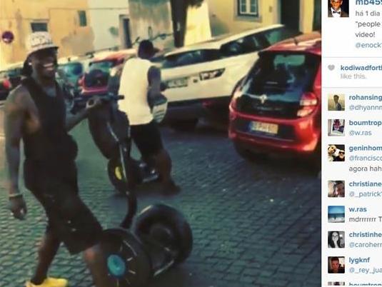 Photo of Mario Balotelli e o irmão a fazer estragos num carro em Lisboa