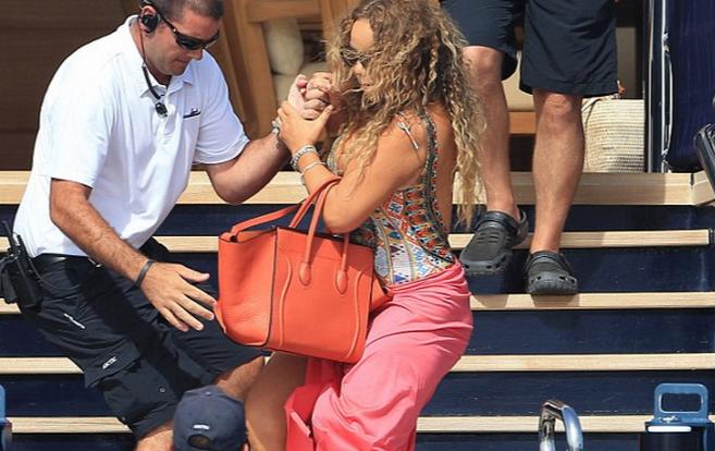 Photo of Mariah Carey quase caiu de uma escadaria e o noivo esteve-se nas tintas