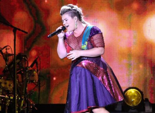 Photo of Kelly Clarkson sofre queda em palco (Vídeo)