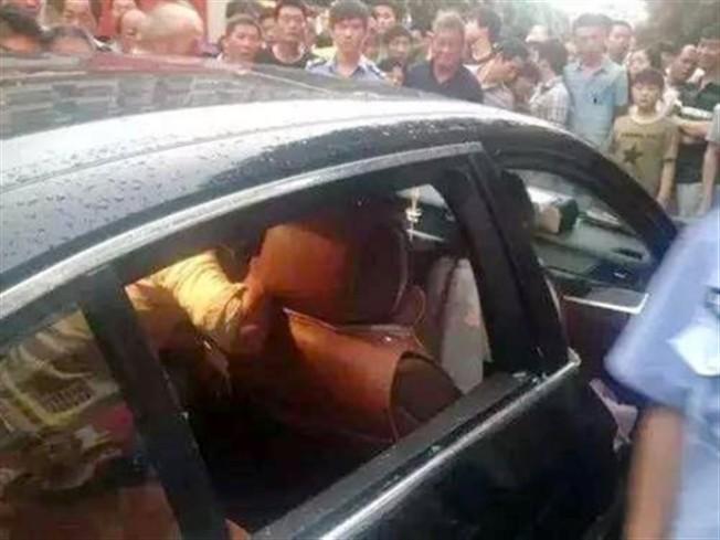 Photo of Recusou danificar BMW para salvar o filho que ficou trancado no carro
