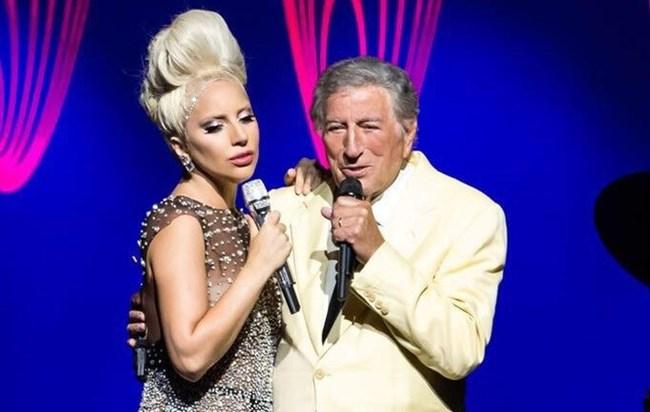 Photo of Lady Gaga caiu novamente em palco (VÍDEO)