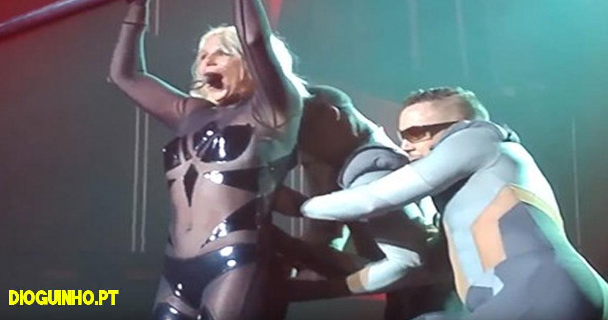 Photo of Britney Spears quase perde a roupa durante uma actuação