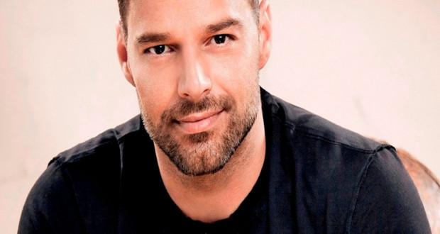 Ricky Martin sensual e em tronco nu aos 43 anos