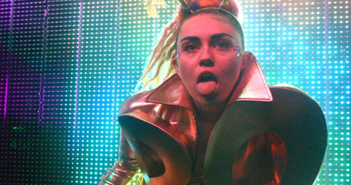 Photo of Miley Cyrus dá concerto em topless e com pénis falso
