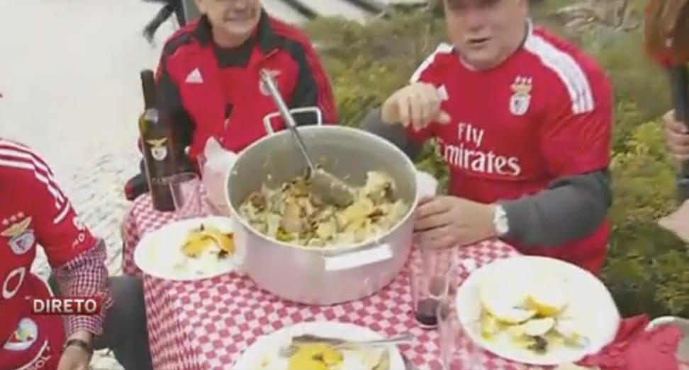 Photo of Adeptos do Benfica almoçam à porta do Correio da Manhã