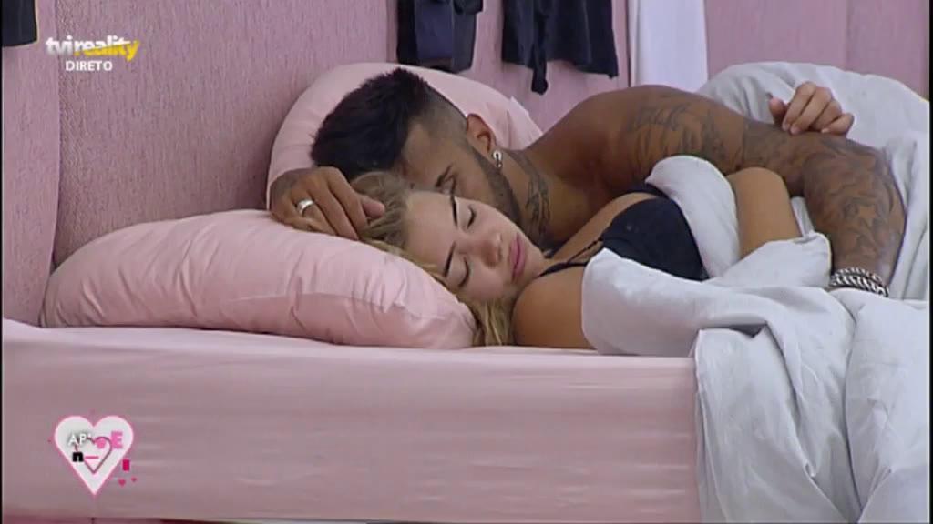 Photo of Rui e Andreia Silva dormem abraçados
