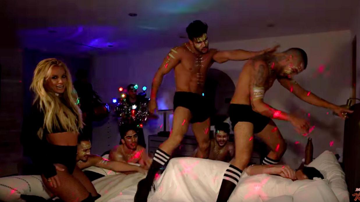 Photo of Britney Spears acorda apresentador Jimmy Kimmel com atuação