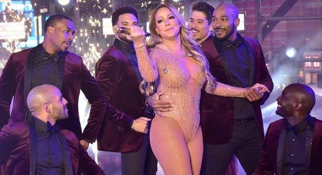 Photo of Mariah Carey faz espectáculo de fim de ano DESASTROSO