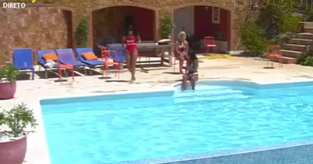 Photo of Cláudia faz depilação na piscina. Colegas ficam chocados