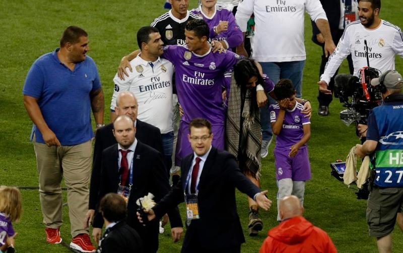 Georgina Rodriguez entra em campo para celebrar vitória de Cristiano Ronaldo