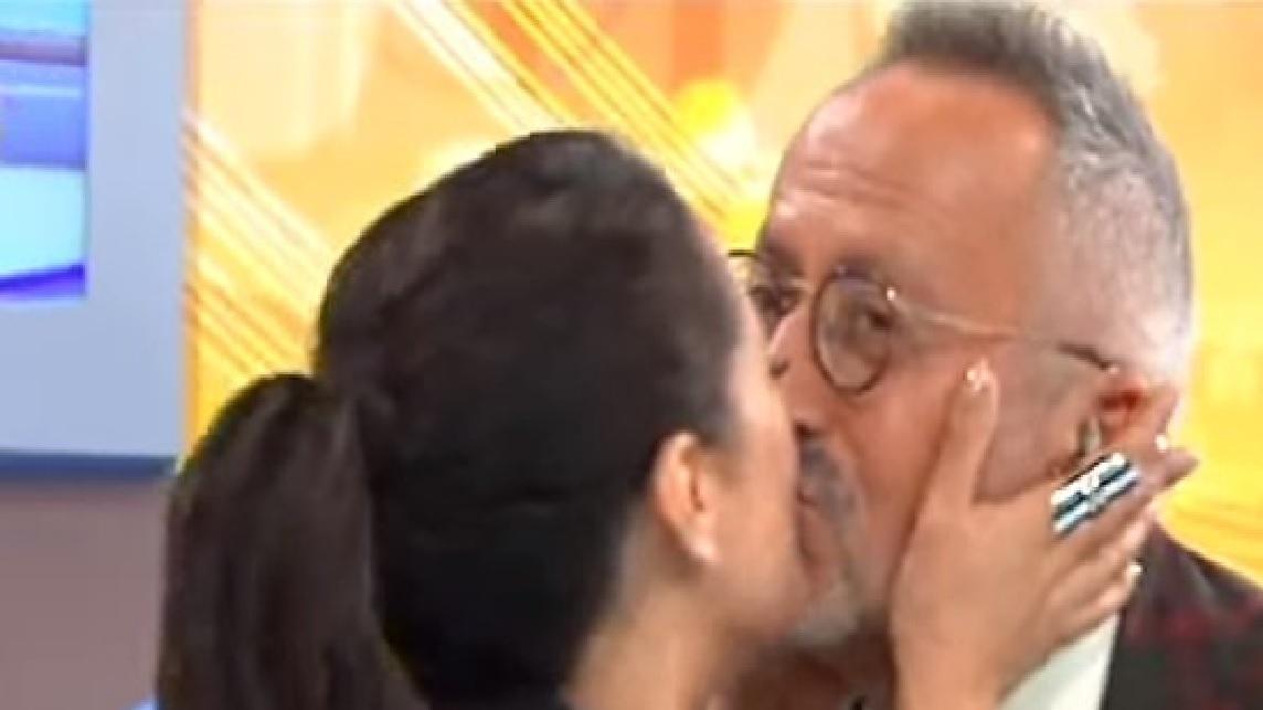 Photo of Goucha beija na boca Sofia Ribeiro no 'Você na TV'