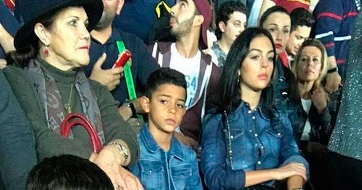 Photo of Georgina Rodriguez e Dolores Aveiro em APUROS durante jogo de CR7