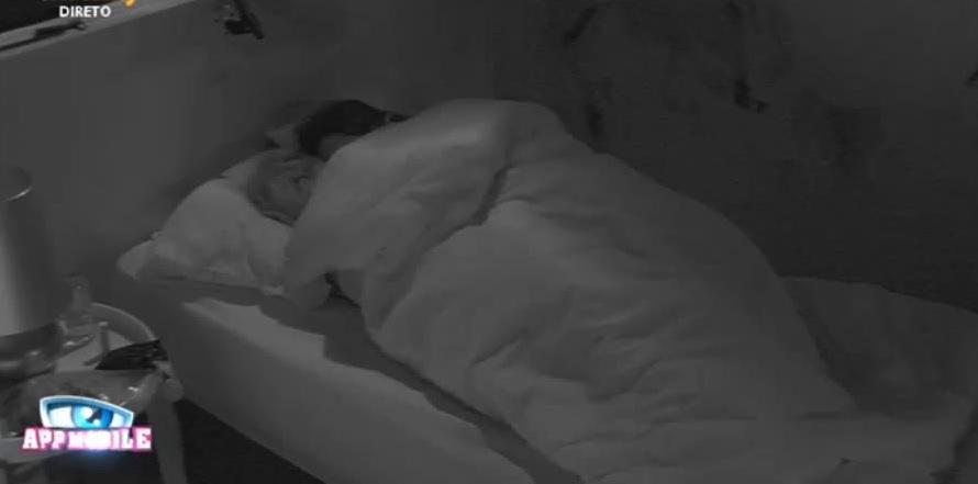 Photo of César e Gabriela novamente no txuca txuca na cama