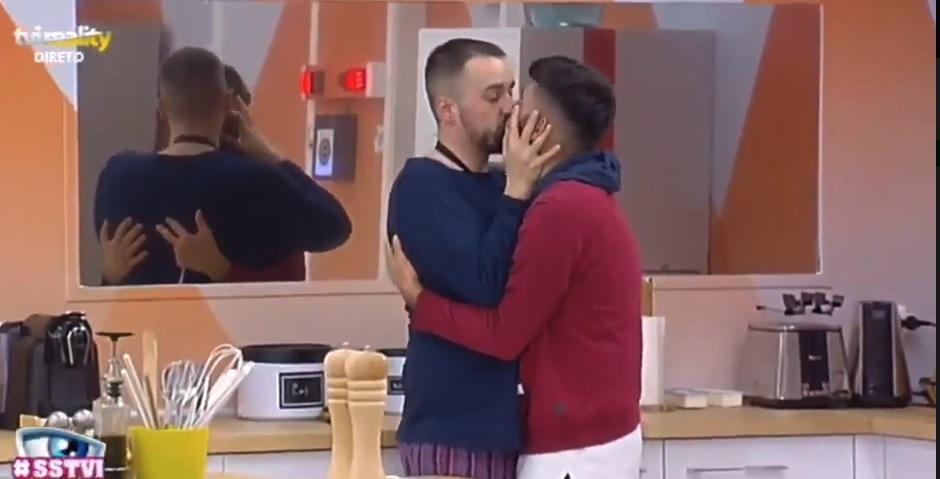 Photo of Tiago e Luan aproveitam momento a sós na cozinha