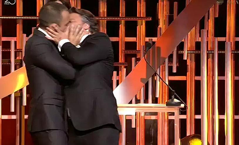 Photo of César Mourão e José Fidalgo beijam-se na boca nos Globos de Ouro