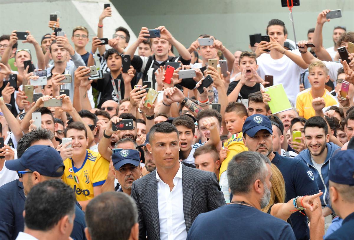 Photo of LOUCURA: Cristiano Ronaldo recebido por centenas e pessoas….
