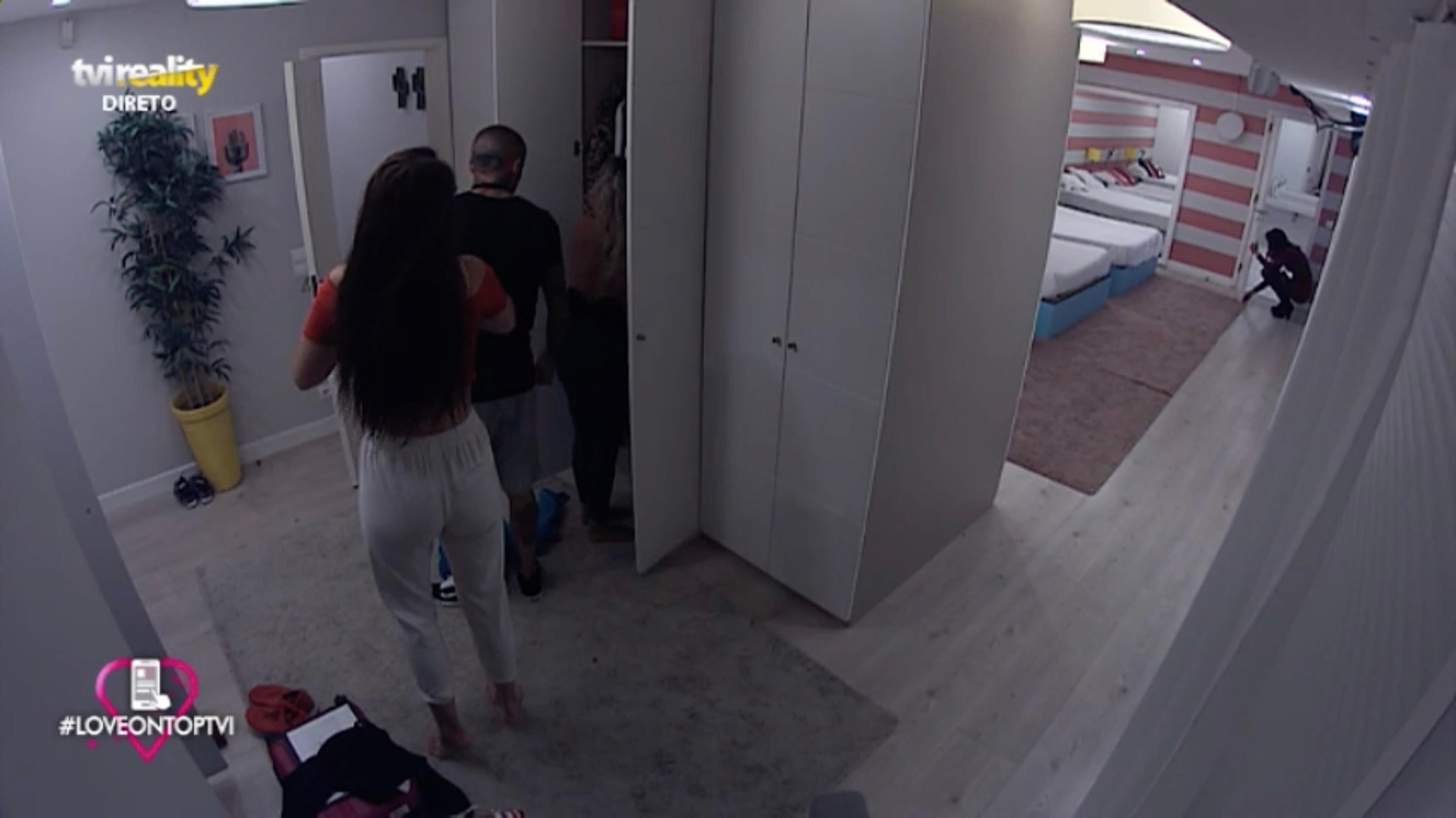 Photo of João Pedro apanhado a expiar Liliana enquanto se veste!