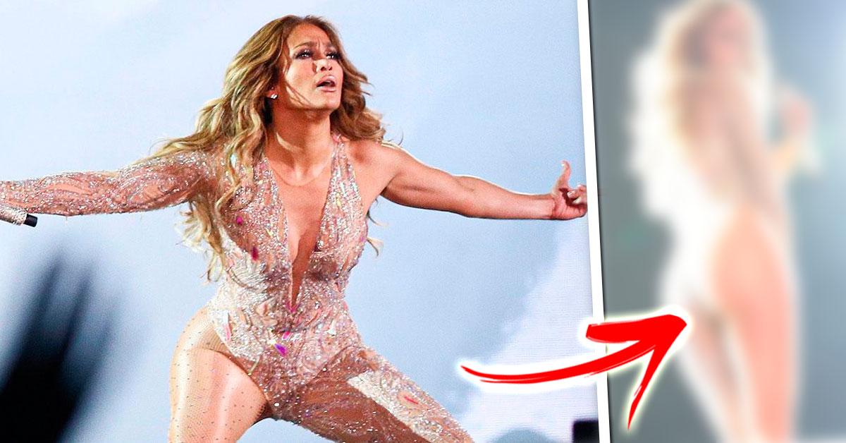"""Photo of O visual estranho de Jennifer Lopez """"Apenas um bochecha"""""""