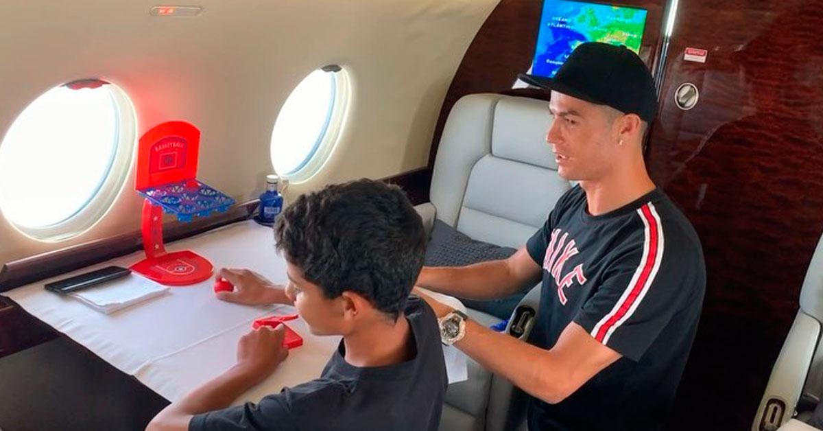 """Photo of Cristiano Ronaldo """"apanhado"""" a jogar com o filho durante viagem no seu avião"""