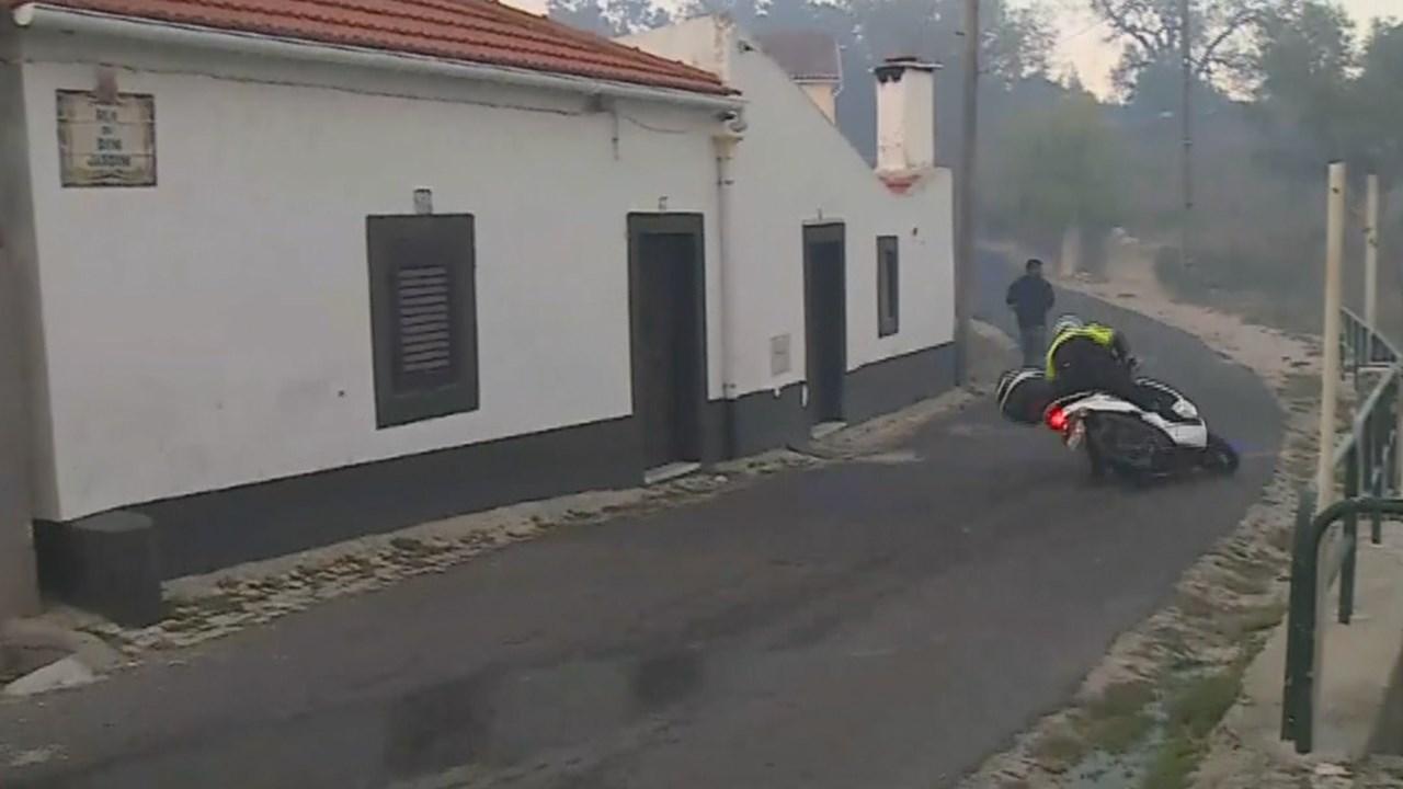 Photo of Polícia Municipal caiu de mota em directo a caminho de incêndio em frente à CMTV