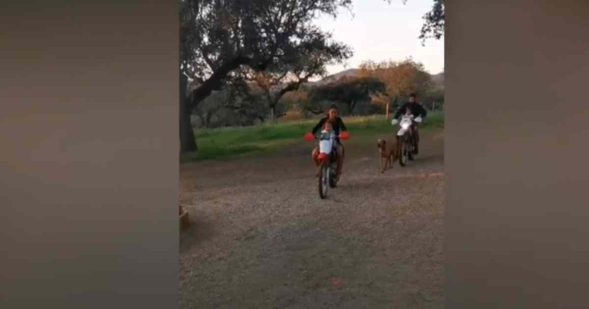 Photo of Carolina Patrocínio e marido de mota com as filhas sem capacete