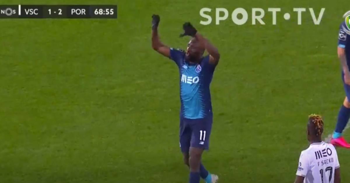 """Photo of FC PORTO. Marega reage a ataque racista e culpa árbitro: """"Vocé é uma vergonha"""""""