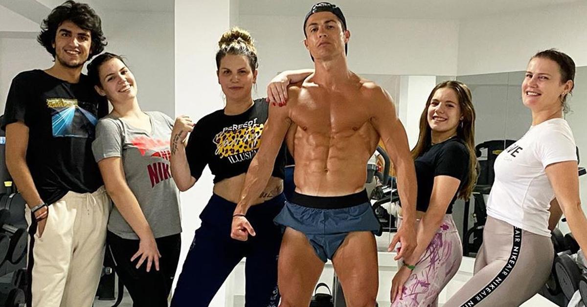 """Photo of Cristiano Ronaldo junta família para mais um treino """"Continuamos na luta"""""""