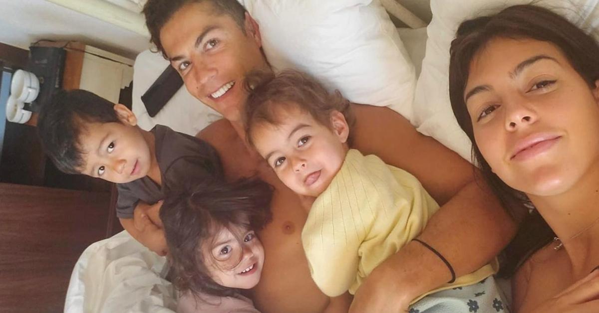 Photo of Cristiano Ronaldo e Georgina Rodríguez partilham foto na cama com os filhos
