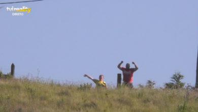 Photo of Duas pessoas filmadas antes de cortarem a emissão