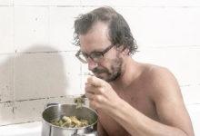 """Photo of Diogo Cunha mostra-se dentro da banheira a almoçar """"famoso pobre"""""""